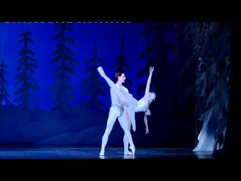 """Teatro La Fenice – Lo schiaccianoci, """"passo a due dei fiocchi di neve"""" (Balletto Nazionale Estone)"""