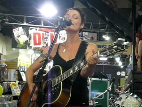 Holly McNarland live at Sunrise Music Store - Run Body Run Video