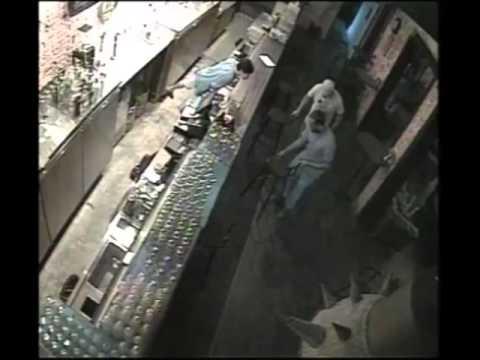 シンガポールの監視カメラに映ったちょっと恐い不思議な映像(ウソ?ホント?)