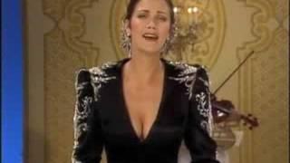 Lynda Carter Sings