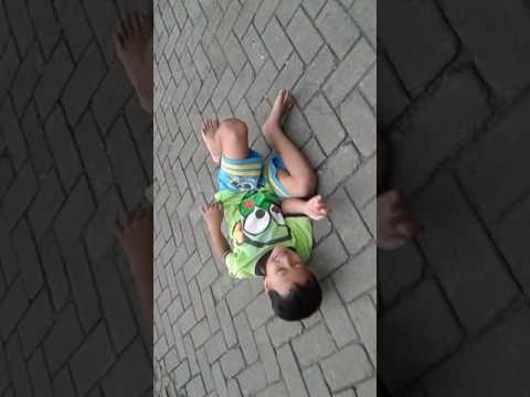 Anak kecil gila berantem