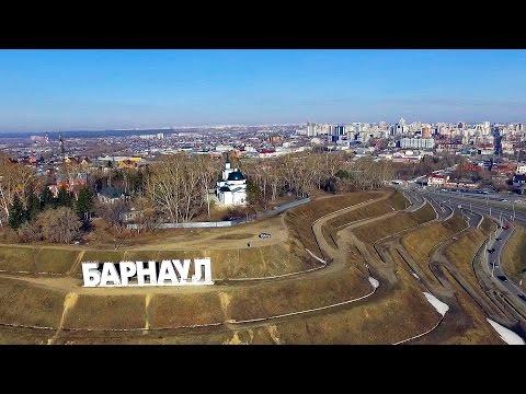 Стела город Барнаул у реки Обь на Алтае весной 2017.