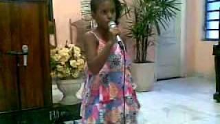 menina louvando a Deus