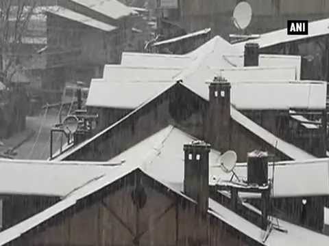 Heavy snowfall disrupts normal life in Kashmir