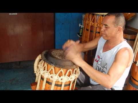 Brandao tocando samba de roda no atabaque