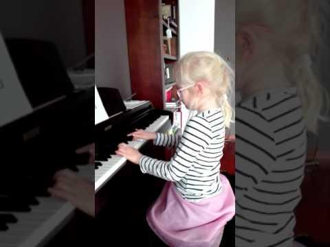 Gabrysia Gra Na Pianinie.