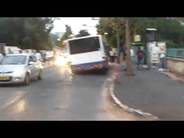 בני ברק: אוטובוס וכלי רכב נפלו לבורות שנפערו בכביש