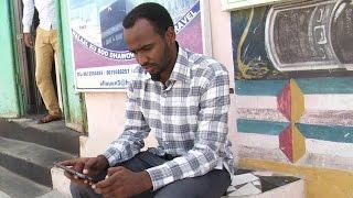 إقبال الشباب الصومالي على شراء الهواتف الذكية