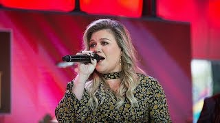 download lagu Kelly Clarkson Performs 'love So Soft' & 'meaning Of gratis