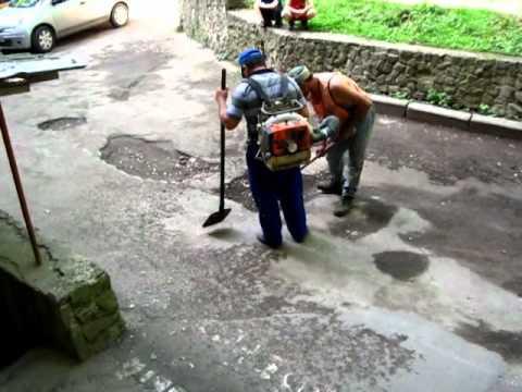 Reparaţie de mântuială în faţa blocului