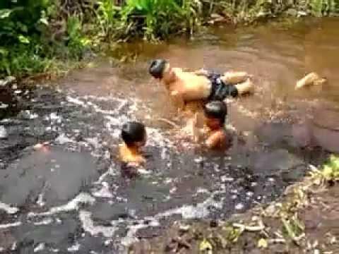 Asik sekali mandi di kali (Naked Nude)