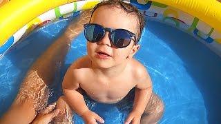 O REI DA PISCINA DE ÓCULOS DE SOL!! Verão na Piscina do Bebê Caiçara - Pool Baby Fun Sunglass