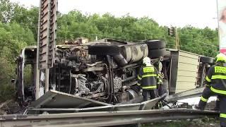 Na Jižní spojce v Praze se převrátil kamion, po nehodě začal hořet
