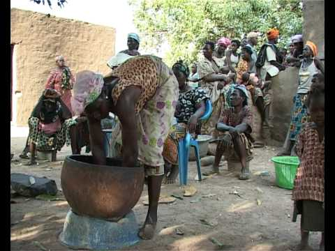 Production traditionnelle du beurre de karité au Burkina Faso