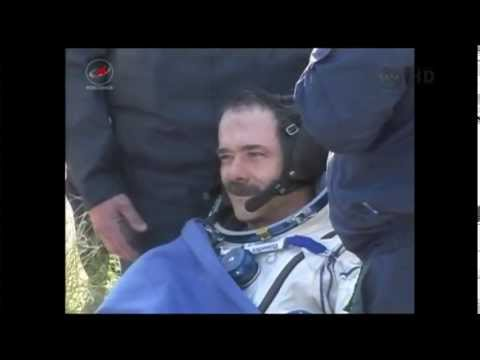 Sortie de Chris Hadfield de la capsule spaciale