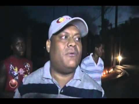 JOVENES ENCIENDEN VELAS EN PROTESTA POR DESCUIDO DEL PARQUE SAN LUIS POR SINDICO RODOLFO VALERA 0167