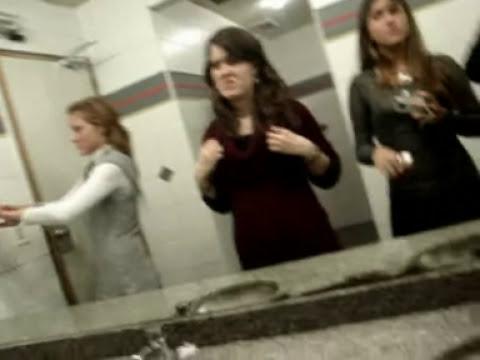 Mery y su camara testigo en el baño de mujeres