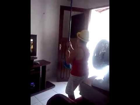Andri,dancando sem saber que estava,sendo filmado.
