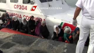 Profughi dalla Siria - Barcone in Mare da 10 Giorni Soccorso da Guardia Costiera