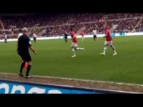 Newcastle United v Manchester United 5/4/14 Ben Arfa corner.. Santon