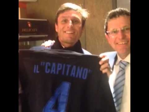 Capitan Zanetti con t-shirt celebrativa ICP