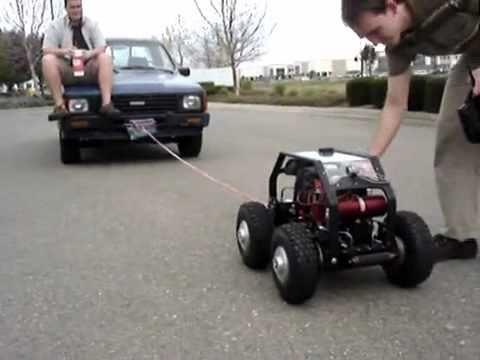 Carro de controle remoto puxa caminhonete de verdade com passageiro   car rc   coche rc