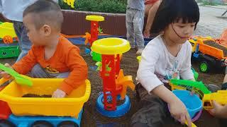 Lần Đầu Tiên em Cò Chơi Trò Chơi Xay Cát cùng chị Gia Linh Playing with Sand