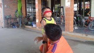 Đồ chơi trẻ em bé pin bịt mắt bắt dê  ❤ PinPin TV ❤ Baby toys blindfold goat