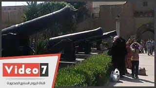 بالفيديو.. شاهد إقبال المواطنين على التقاط الصور بجوار المعدات الحربية بالقلعة