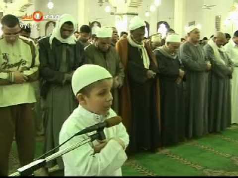 طفل يخطب في مئات المصلين بأحد مساجد مصر
