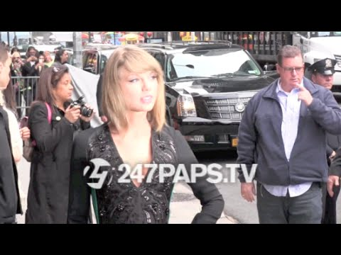 (New) Taylor Swift posing for pictures while arriving at Letterman Show in NYC 10-28-14