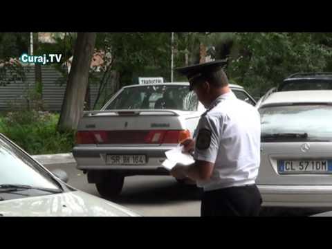 Poliţia scoate numerele la maşini în spatele Parlamentului