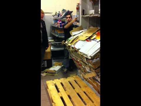 Tømning af pappresser i Netto