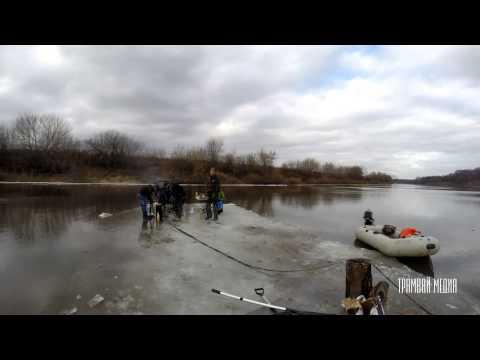Ragazzi tagliano un pezzo di lago ghiacciato