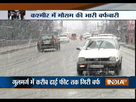 Tourist Experienced the Season's First Snowfall in Kashmir Valley