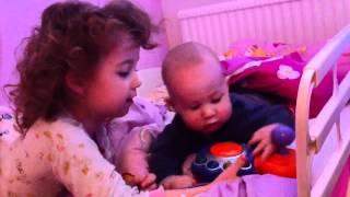 Bleona und Leon spielen v-tech zusammen