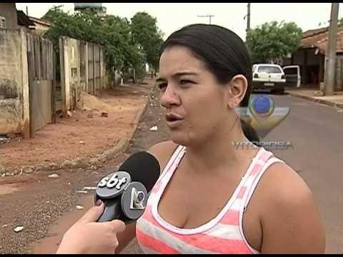 Cratera que cabe uma pessoa é formada em rua de Monte Alegre de Minas