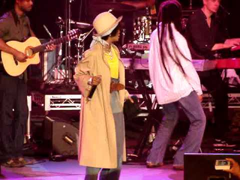 Lauryn Hill & Julian Marley - Turn your Lights Down Low (RaggaMuffin 2010, Melbourne) Video