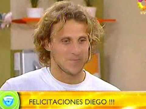 A lo Casillas... Diego Forlán besó a Zaira Nara ante las cámaras