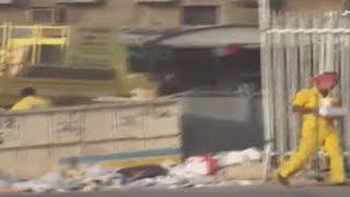 عمال البلديه يلقطون المواد الغذائيه من الزباله بالري