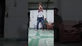 Cháu bé múa kiểu khá bảnh