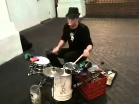 Baterista callejero impresionante!!! Music Videos