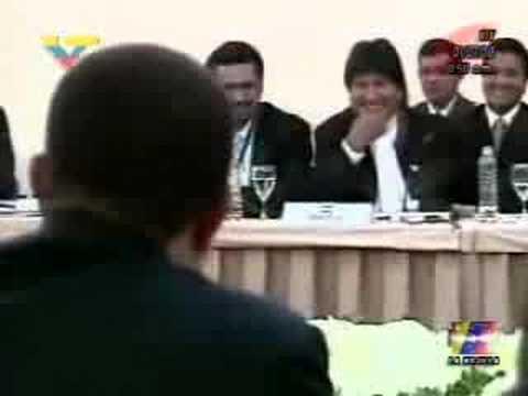 Chávez se Ríe sobre el Avion Sin Escaleras de Evo
