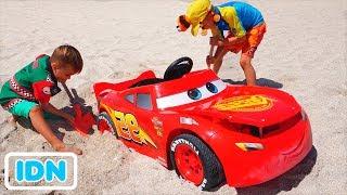 Nikita naik mainan mobil balap dan terjebak di pasir