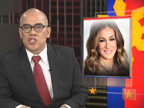 "Nasa Pilipinas na ang star ng ""Sex and the City"" na si Sarah Jessica Parker. Kahit walang make-up, stylish pa rin ang fashion icon sa kanyang pink sweater at shades. Narito ang report. Bandila,..."