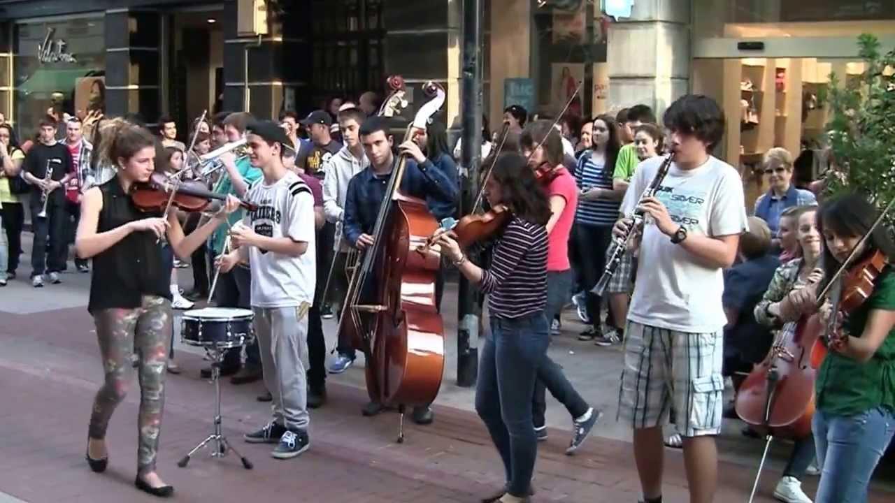 Collegium musicum flashmob junto a la sala gonzalo de for Sala gonzalo de berceo