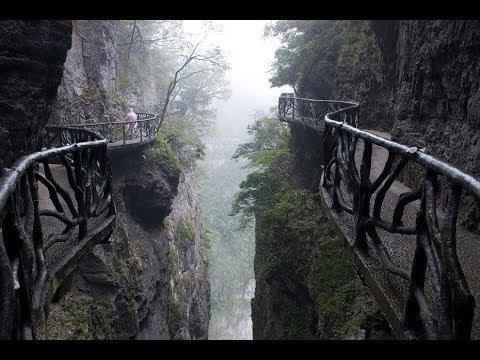 Горы из кварца и стеклянные мосты Китая.