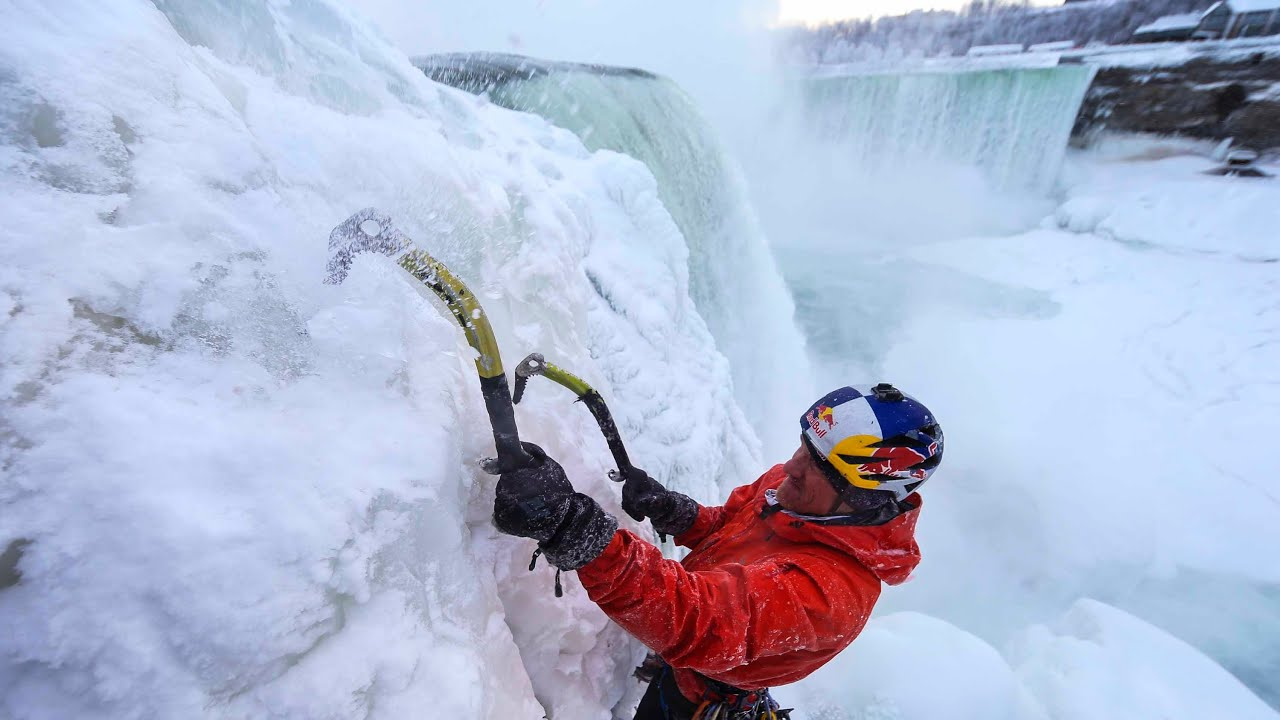 Odvážlivec zdolal zamrznuté Niagarské vodopády ako prvý v histórii!