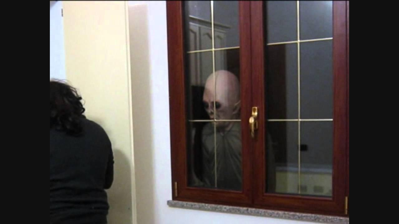 Alieno vero filmato mentre passa fuori dalla finestra di casa youtube - Chiudere una finestra di casa ...