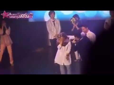 Gadis Melayu bertudung dipeluk & dicium artis lelaki Kpop B1A4
